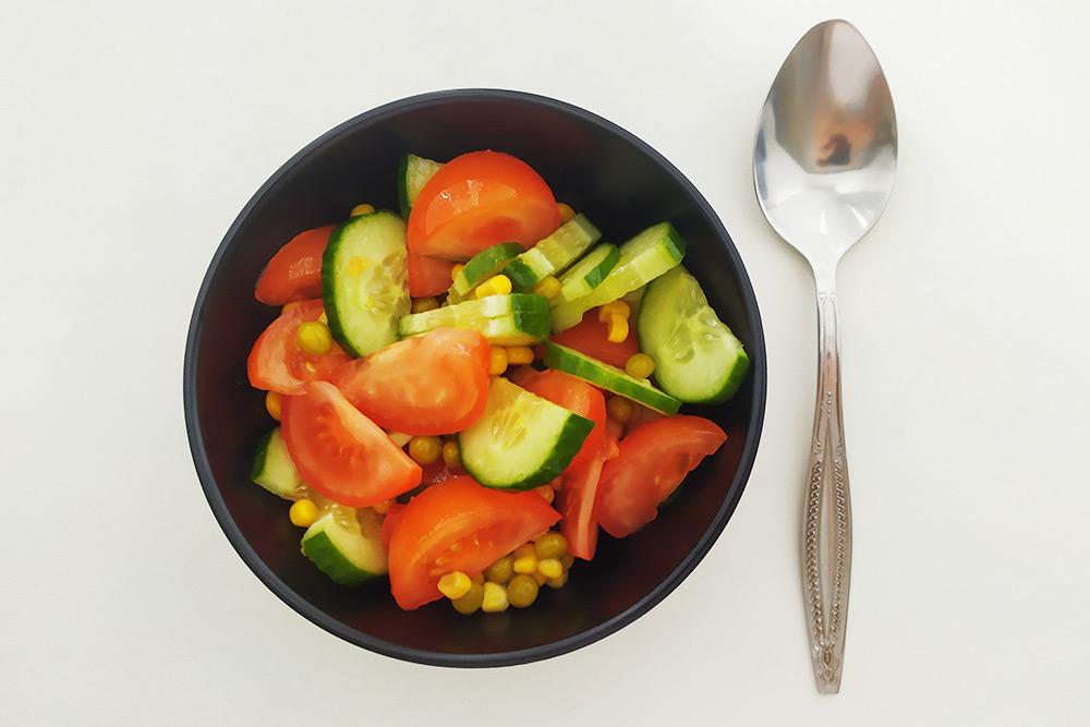 После похода в «Марию-Ра» приготовил салат. Помидоры из «Марии-Ра», огурцы, горошек и кукуруза — из «Ярче»