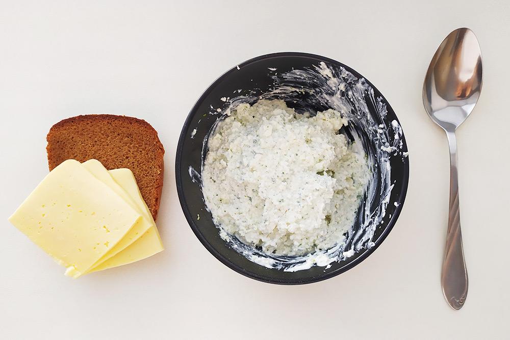 Дляменя творог со сметаной — не десерт, а полноценная еда. В него люблю добавлять сушеный лук