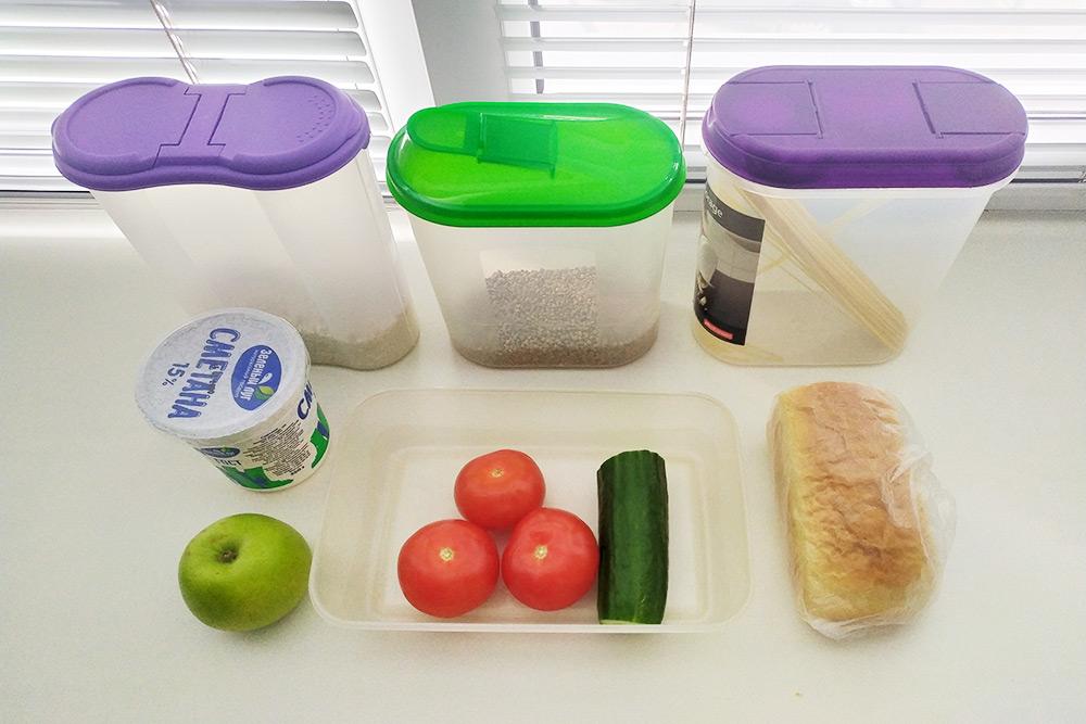 Запас продуктов после окончания эксперимента. За кадром остались одинокая луковица, бутылка растительного масла, пакет муки и упаковка кофе