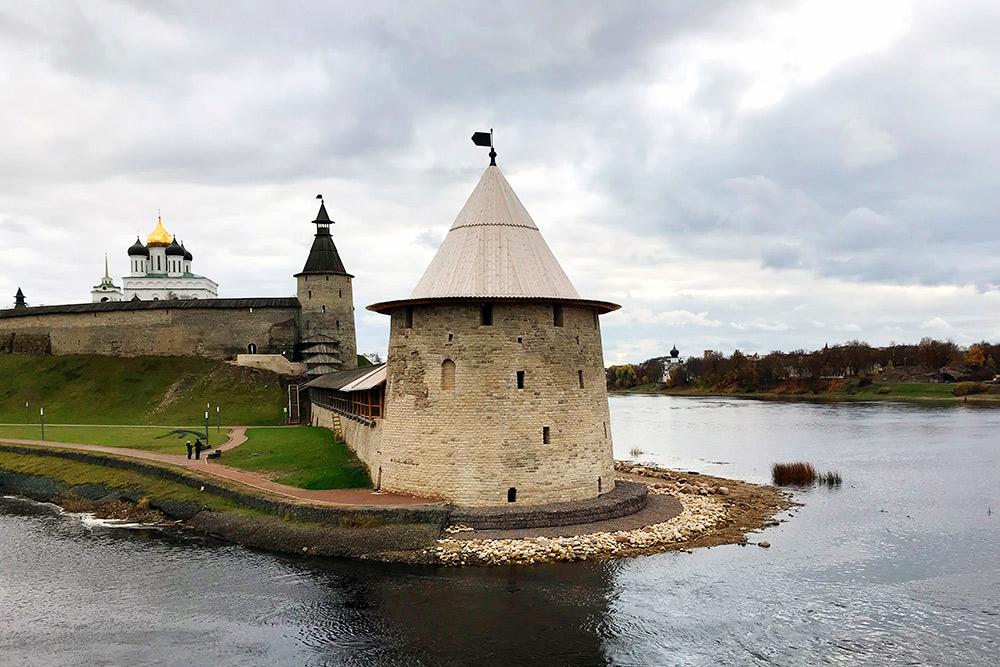 Плоской башне кремля повезло с расположением: возле ее стен сливаются воды двух рек, поэтому она чаще других появляется на фото из Пскова