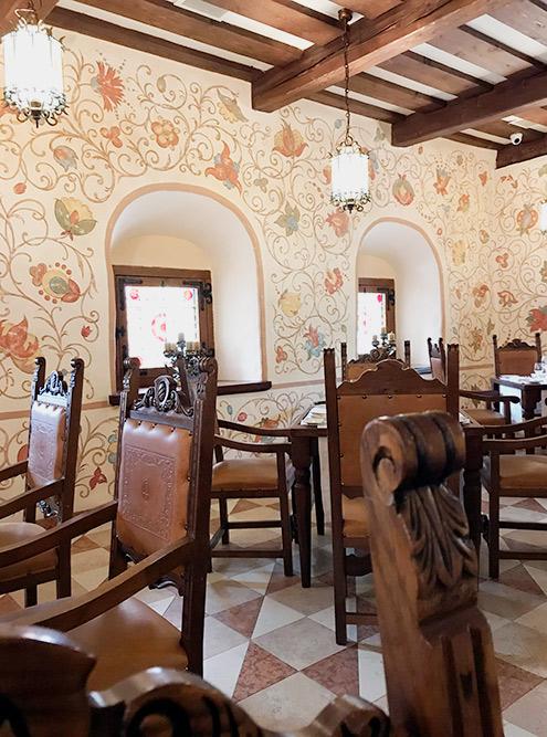 Интерьер в «Трапезных палатах» рассчитан на туристов, падких на старину и стилизацию