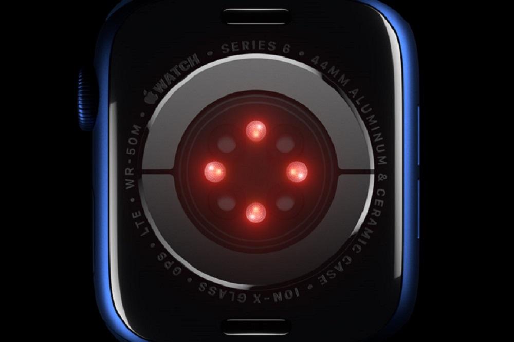Задняя поверхность часов Apple Watch Series6 — красным светятся светодиоды. Серые точки, скорее всего, датчики. Источник:Apple