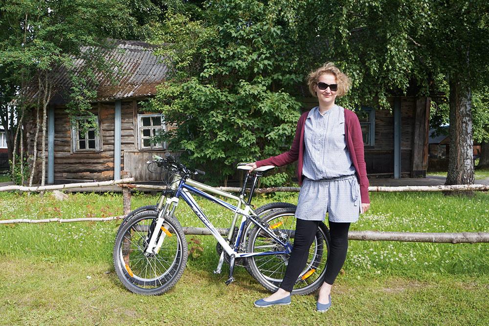 Это мы зашли в дом-музей Сергея Довлатова. Велосипеды поставили узабора. Людей там мало, так что пристегивать небыло нужды