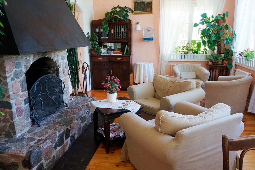 Зал скамином восновном доме. Попросьбе гостей камин могут растопить влюбое время