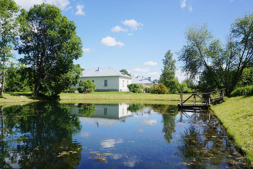Петровское очень аккуратное — чистенькие домики, ухоженные клумбы, ровные газоны и пруд смостками