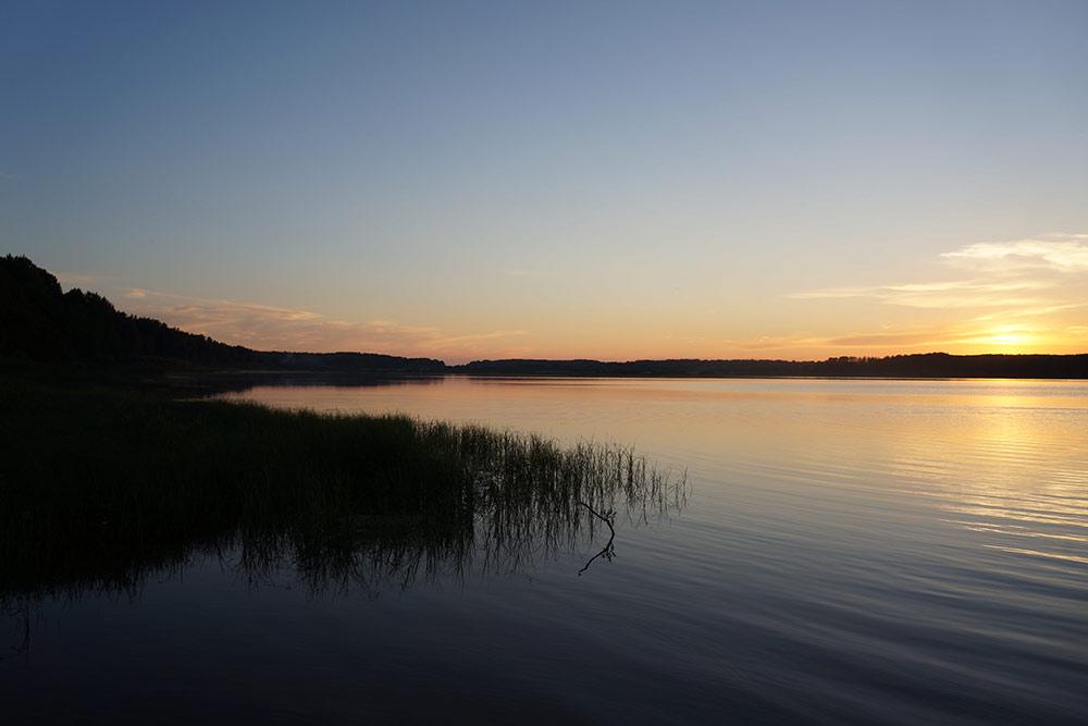 В реке Сороть я некупалась, а вот вода возере около Петровского теплая ичистая. Закаты тоже дивные