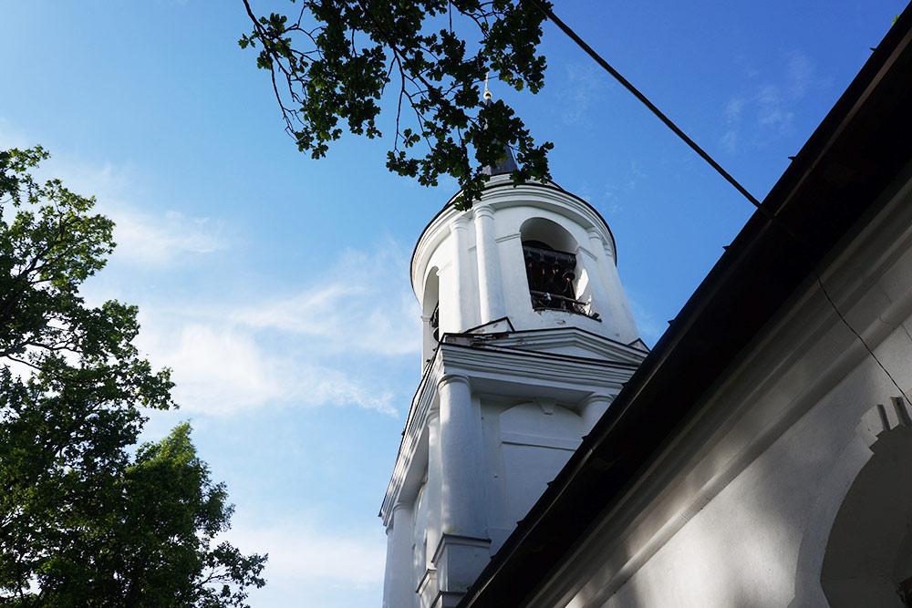 Фашисты неуспели взорвать монастырь, и он сохранился донаших дней вместе смогилой Пушкина