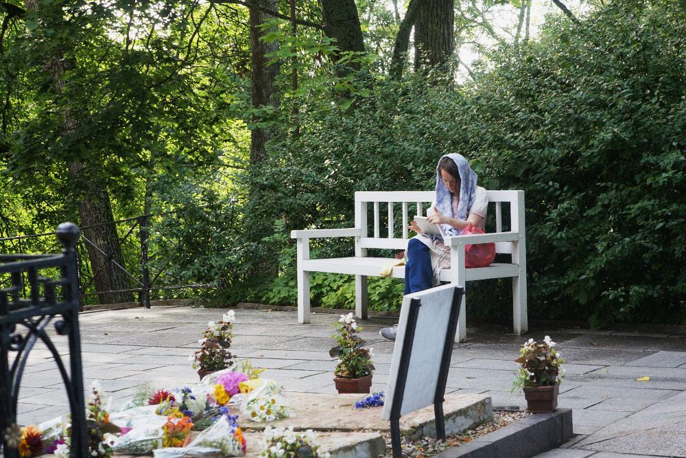У могилы Пушкина всегда кто-нибудь сидит. Рядом — могила его матери
