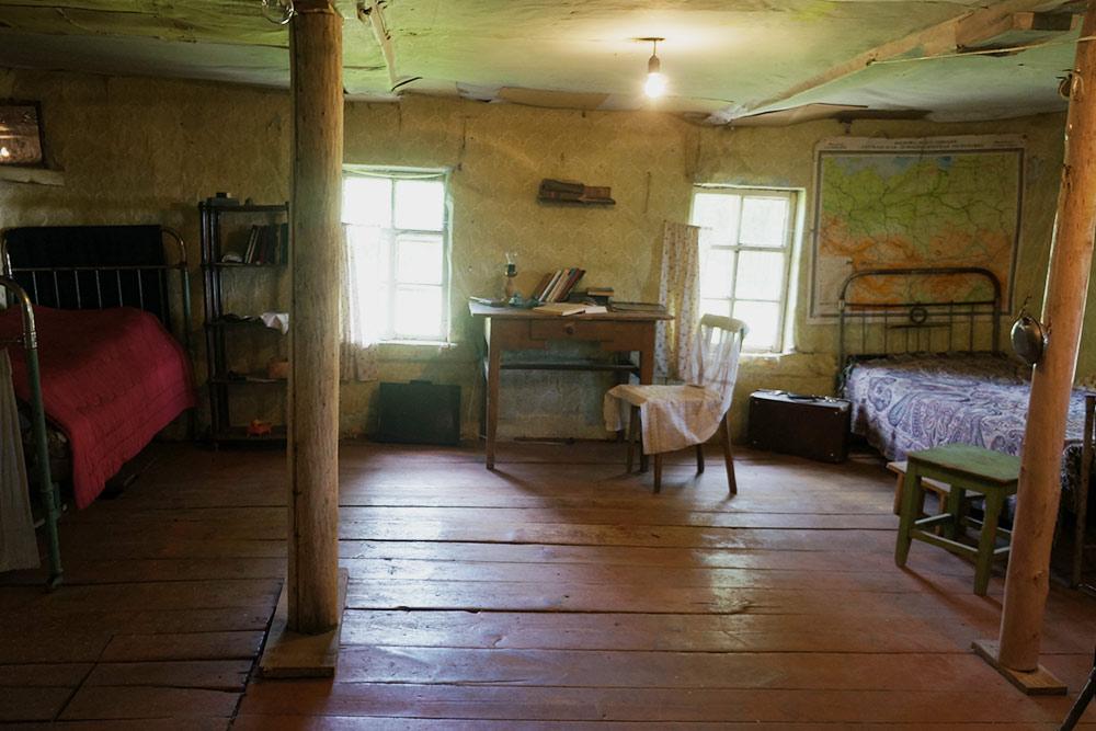 Обстановку комнаты сохранили полностью. Довлатов был огромного роста и на кровати спал по диагонали. На фото она слева