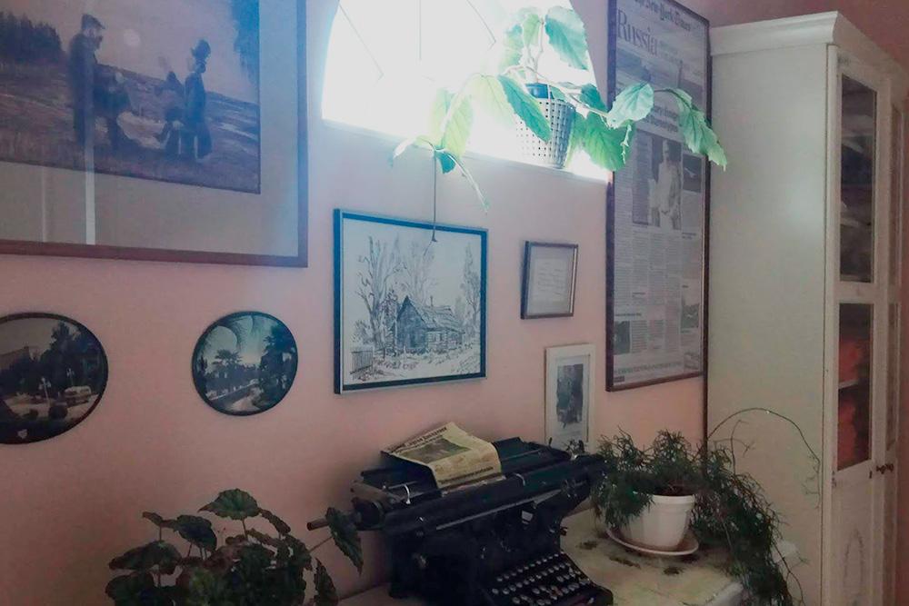 У хозяев картина «Разговор с писателем» висела в окружении статей о Довлатове и пишущей машинки