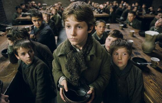 Оливер Твист просит еду, которую не получит. Источник: Kinopoisk