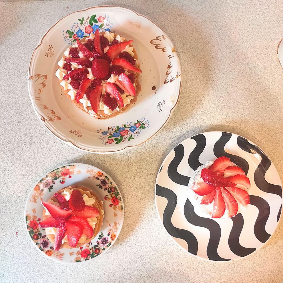 При подготовке я отработала два варианта — пирожные «Павлова» и торт «Медовик». «Павлова» отпала сразу, потому что она слишком хрупкая, а гостей мы пригласили на дачу, довезти туда меренги безпотерь сложно. Но результат маме понравился, и она попросила испечь такие десерты ей на работу. Сфотографировать те я забыла — на фото тестовые