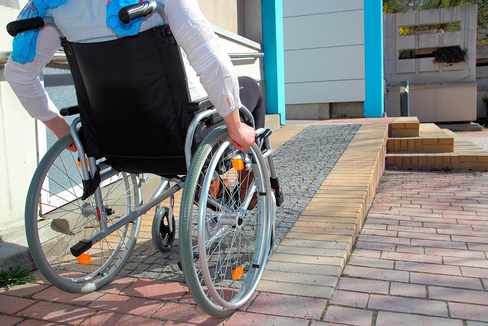 Пандус должен быть таким, чтобы человек винвалидной коляске мог самостоятельно по нему заехать. Источник: miarquitecto.com