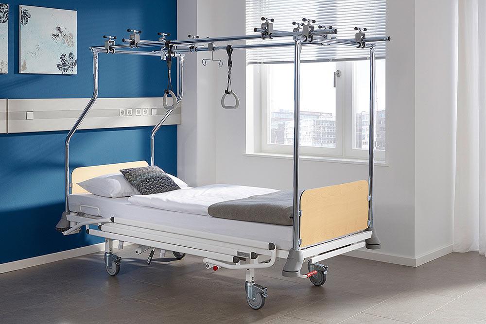 На функциональной кровати удобно самостоятельно садиться ивставать снее. Если пациент неможет самостоятельно передвигаться, его можно перемещать поклинике идаже наулицу прямо натакой кровати. Источник: ЧП«Нектар»