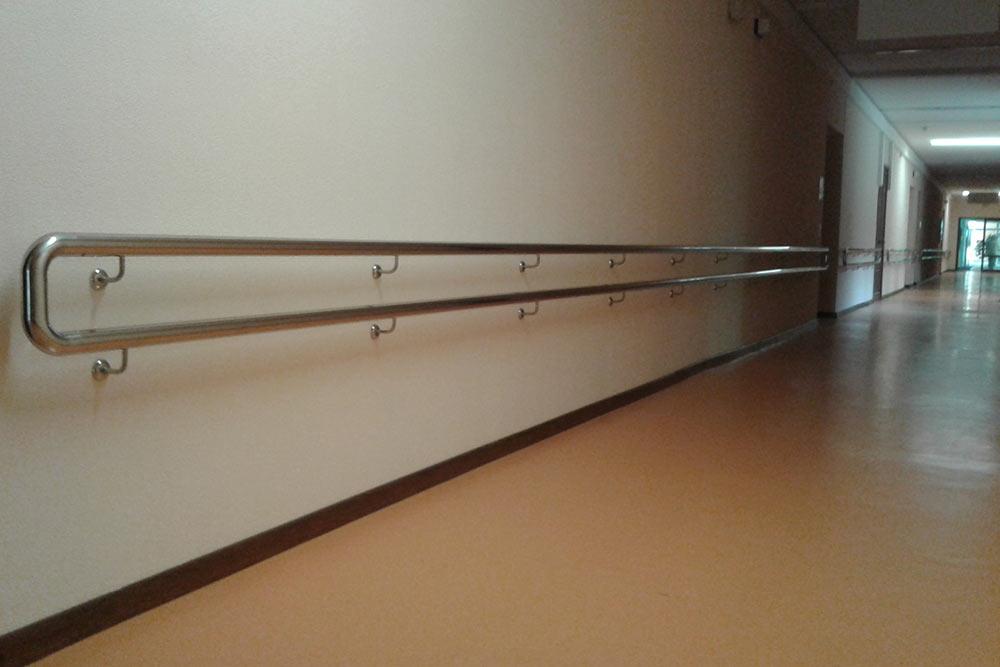 Поручни навсем протяжении стен помогают нетолько передвигаться, ноииндивидуально делать упражнения. Источник: «Системы перил иограждений»