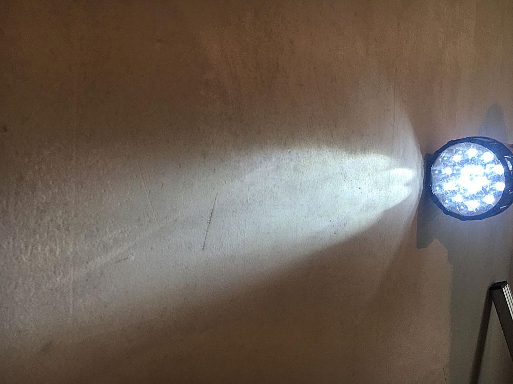 Нашел царапины на стенах. Их нужно замазать тонким слоем штукатурки, чтобы под обоями в будущем не образовались пузыри воздуха