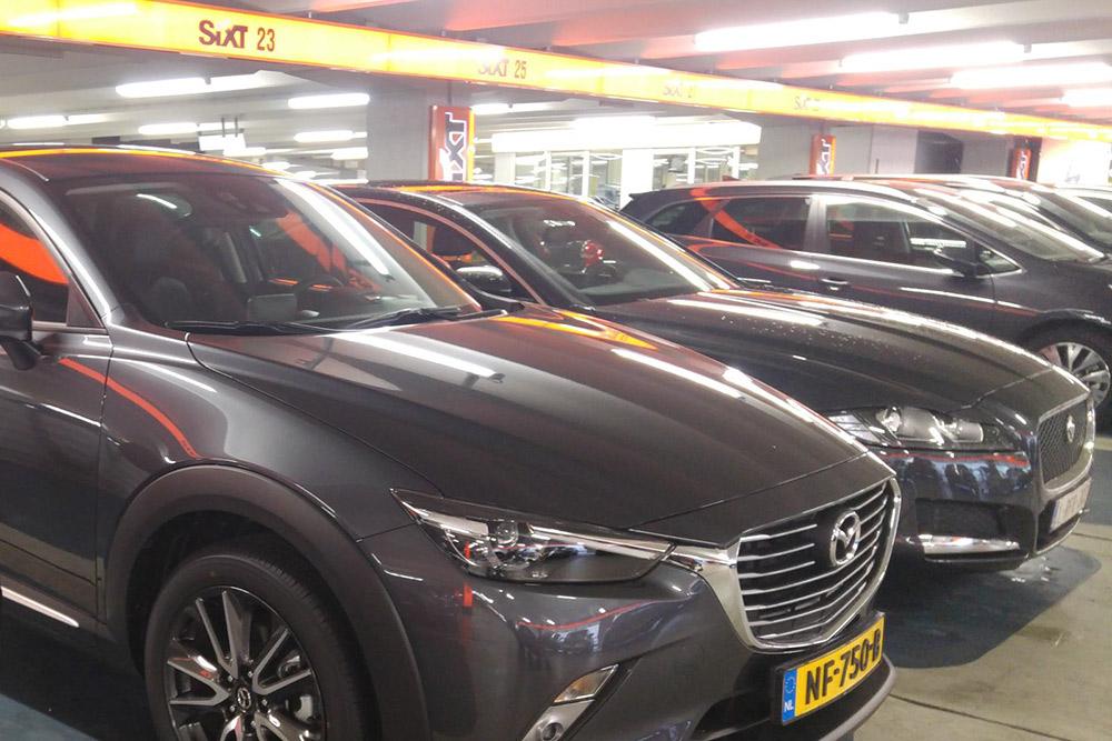 Парковка в Амстердаме. Я искала свою машину долго и чуть не забыла ее осмотреть. Хорошо, что все-таки вспомнила: нашлись повреждения, которые менеджер забыл указать