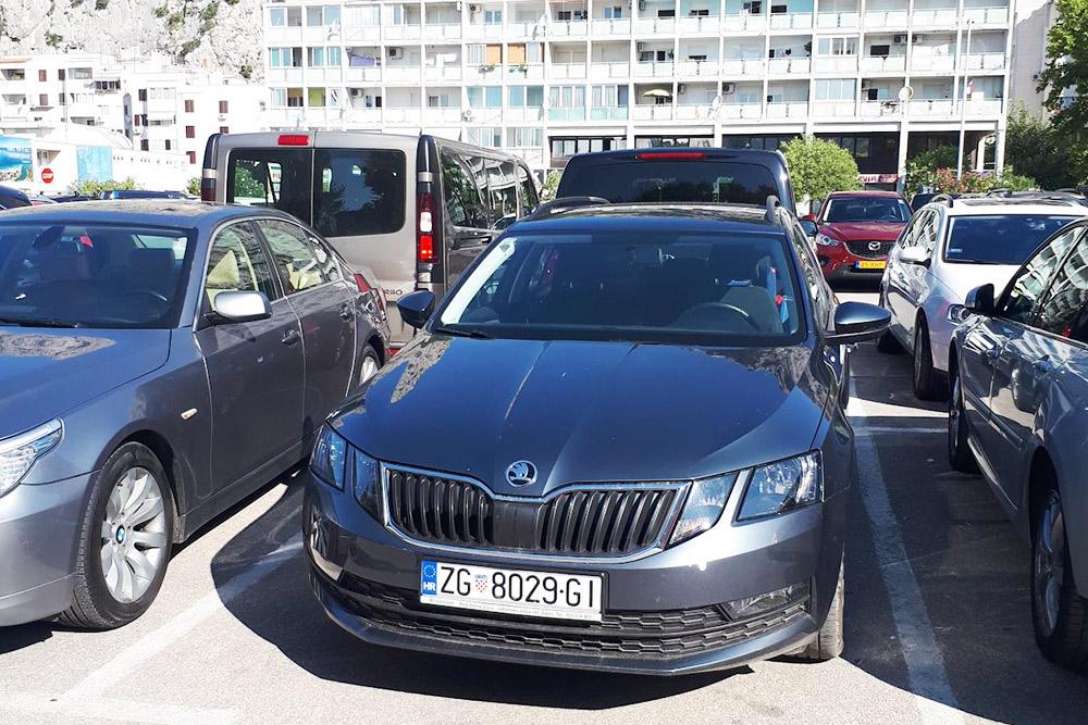 Хорватский город Омиш расположен между гор, поэтому в городе вблизи отеля с парковками дела обстоят очень плохо. Это бесплатная парковка, которая расположена на краю города