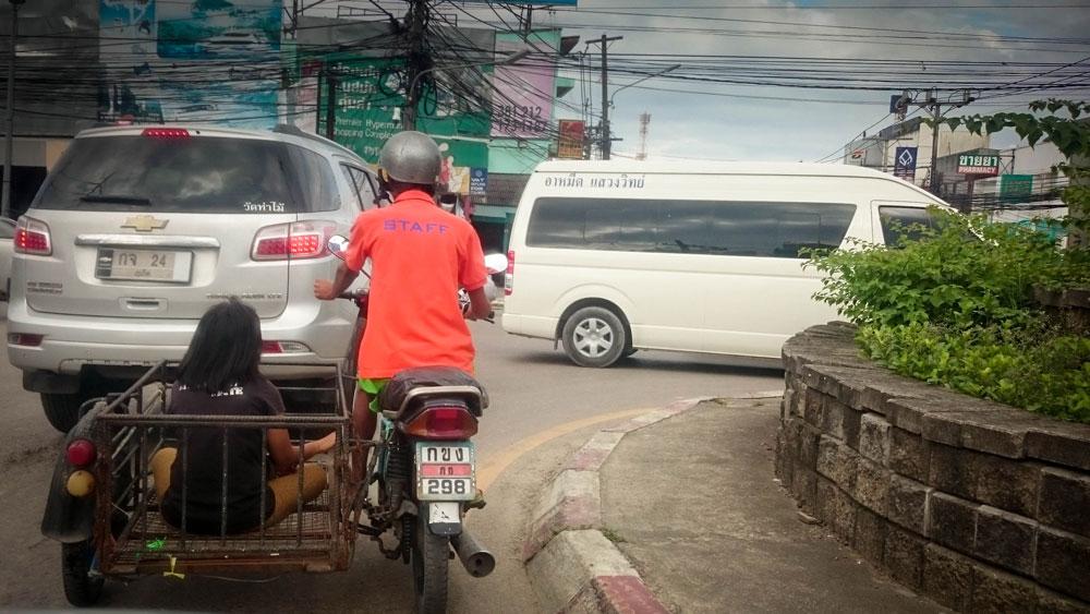 Водители проезжают везде, где есть место. На светофоры мало кто смотрит