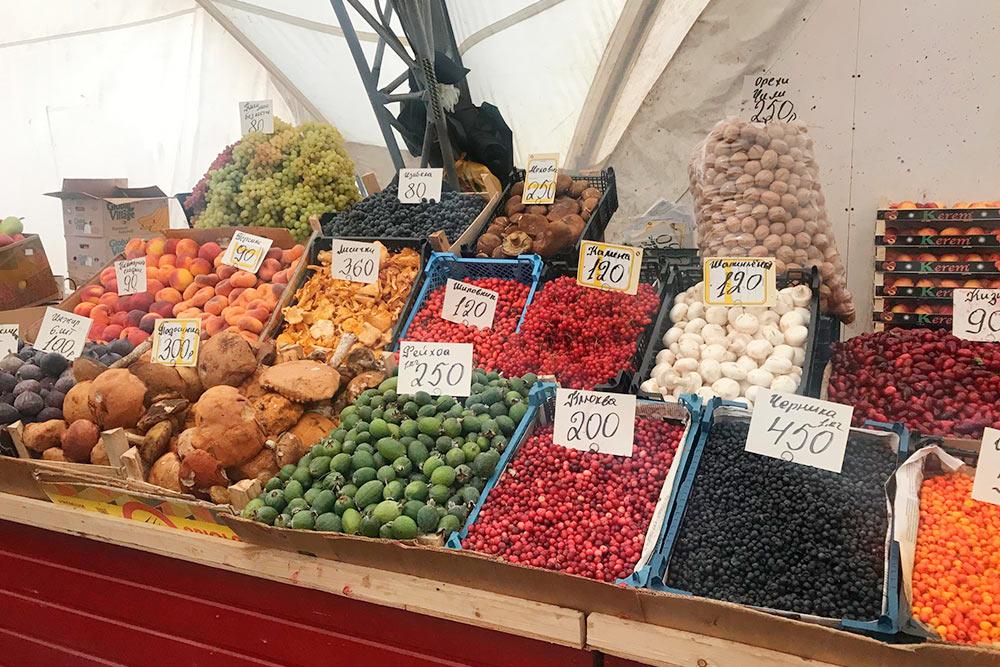 Летом мыпокупаем нарынке фрукты иовощи. Дешево ивкусно