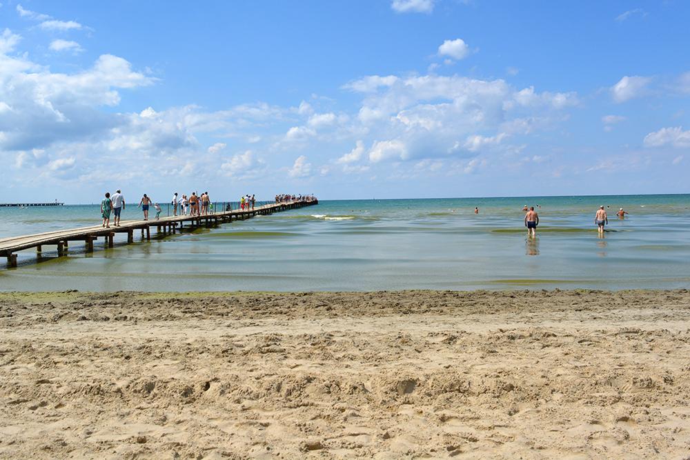 Купаться с детьми в Анапе комфортно: глубина у берега небольшая, спуск постепенный, а вода теплая