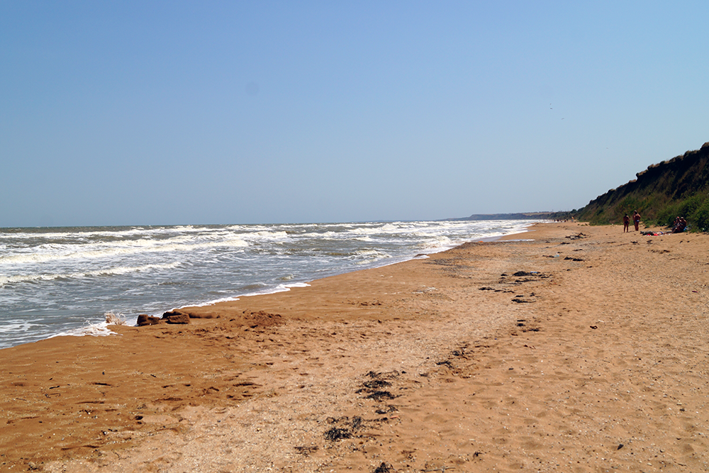 Пляж в Кучугурах песчаный, со множеством крупных ракушек, которые любят собирать дети, а в море мало медуз