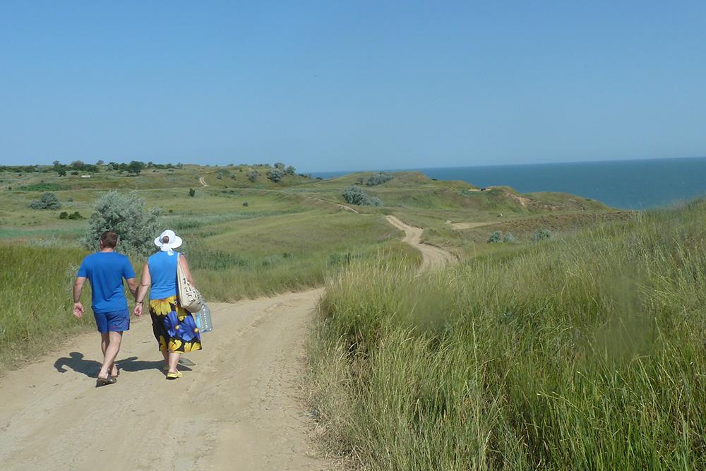 Дорога к грязевому вулкану проходит по высокому берегу с живописными видами на Азовское море
