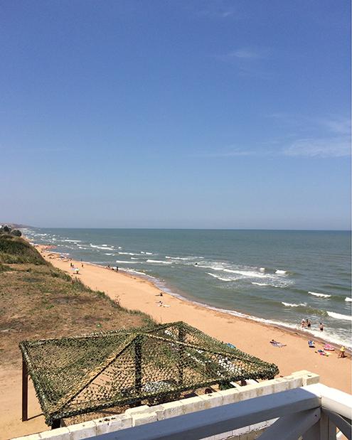 В Кучугурах около 6 километров обустроенных и диких пляжей