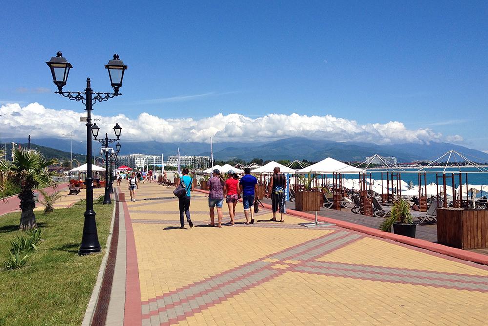 На набережной рядом с Олимпийским парком обустроены прогулочные зоны и велодорожки