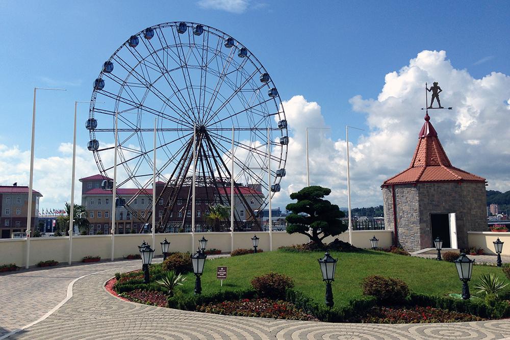 Высота колеса обозрения в «Сочи парке» 60 метров — примерно как двадцатиэтажный дом. Кабинки оснащены кондиционерами