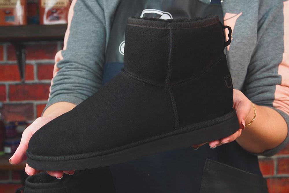 В мастерской берутся даже за самую убитую обувь, которую вряд ли получится отреставрировать