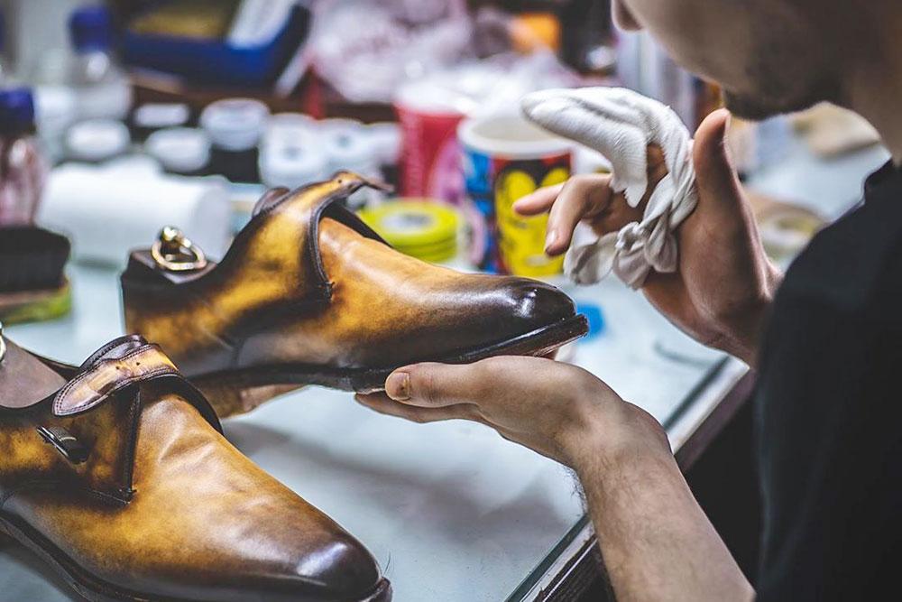 Этот реставрационный прием называется патинаж, когда обувь внешне состаривают