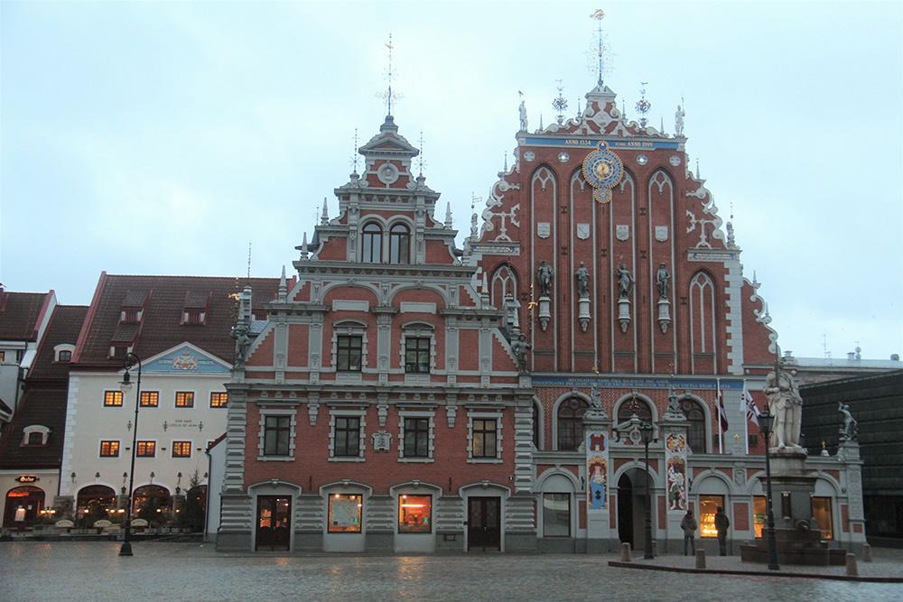 В доме Черноголовых находится канцелярия президента Латвии. Здесь проводят балы, званые ужины и дипломатические приемы