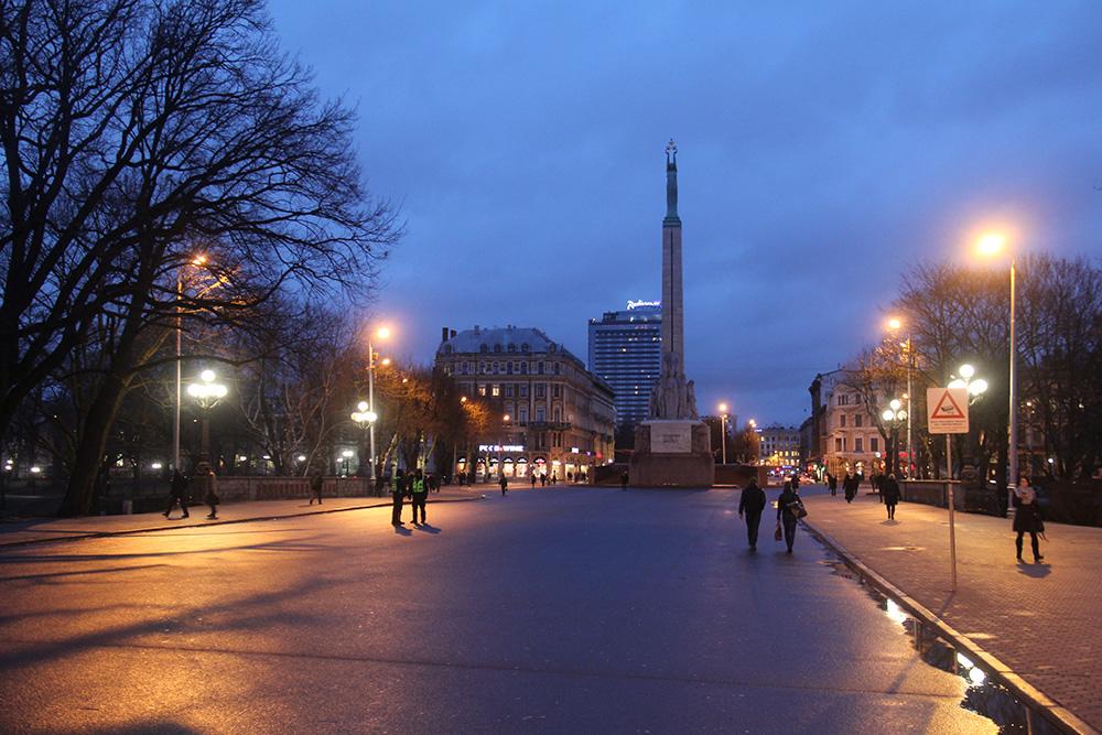 С 9 утра до 6 вечера рядом с памятником дежурит почетный караул. Этот кадр я сделал в 8 вечера, когда солдаты уже отправились в казармы