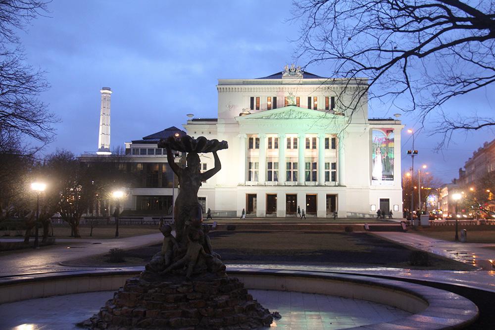 Фонтан с нимфой построен в 1887 году в честь восстановления театра после пожара. Есть легенда, что молодой скульптор задерживал сдачу заказа, потому что не хотел расставаться с натурщицей, и закончил его, только когда та согласилась выйти за него замуж
