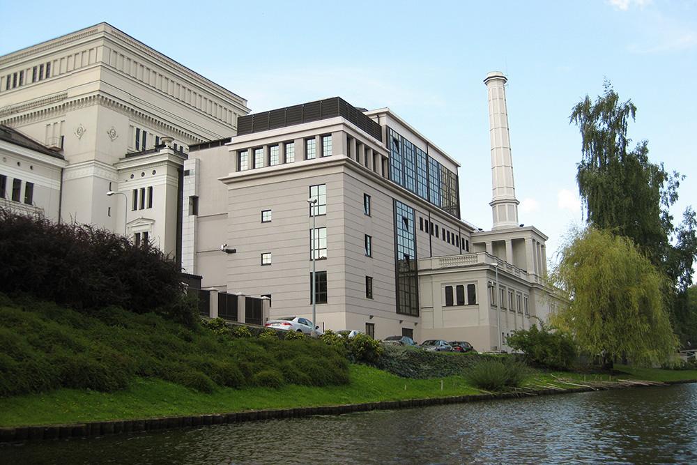Вид на здание оперы со стороны канала. Пристройка сделана во время реконструкции в начале 90-х годов 20 века. В ней располагаются малый зал, гардероб и касса