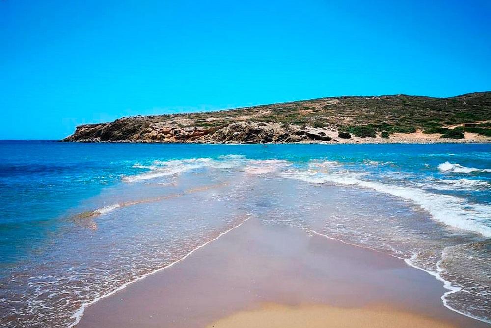 Когда уровень воды поднимается, Прасониси превращается в остров, а моря «женятся», шутят греки. На этом «семейном портрете» два моря слились в одно. Слева Эгейское, справа — Средиземное