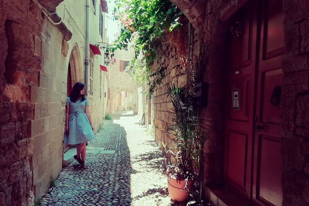 Самый большой и атмосферный город острова тоже называется Родос. Там узкие мощенные булыжником улочки, по которым раньше гремели доспехами средневековые рыцари