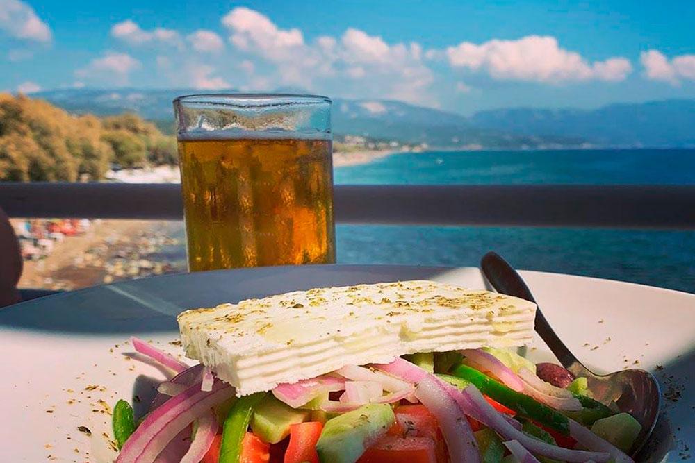 Порция греческого салата обойдется в 6—8€. Греки не скупятся на оливковое масло и сыр фета, который кладут в тарелку большими ломтями