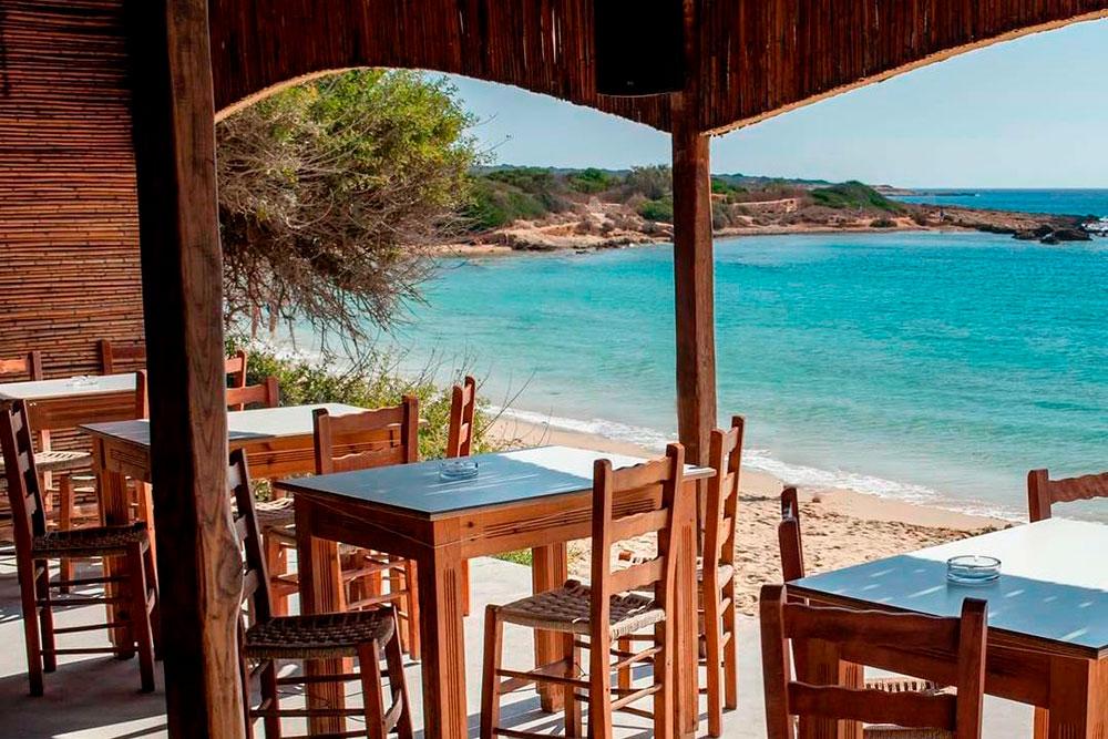 Таверны работают даже на берегу моря. Здесь приятно пить вино и слушать шум волн