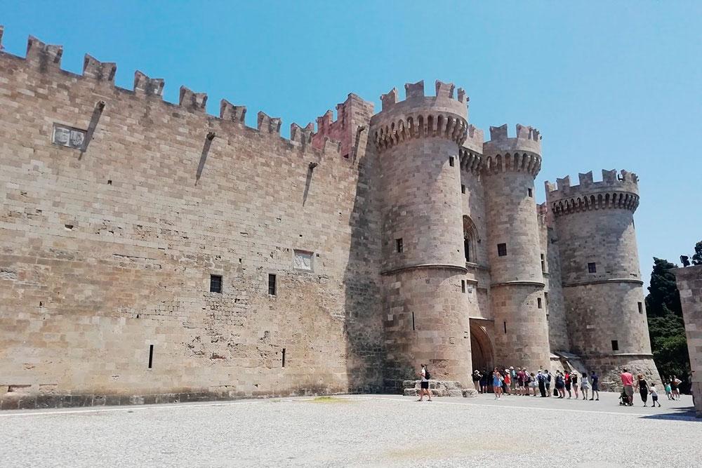 Дворец Великих Магистров. Раньше здесь проводили военные заседания и роскошные пиры, а теперь гуляют туристы. Цена билета: 8€