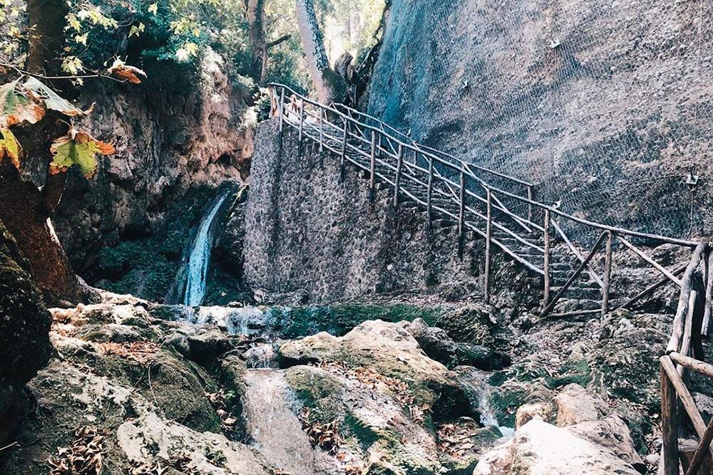 Вся экскурсия — это постоянный подъем мимо водопадов и аккуратных прудов