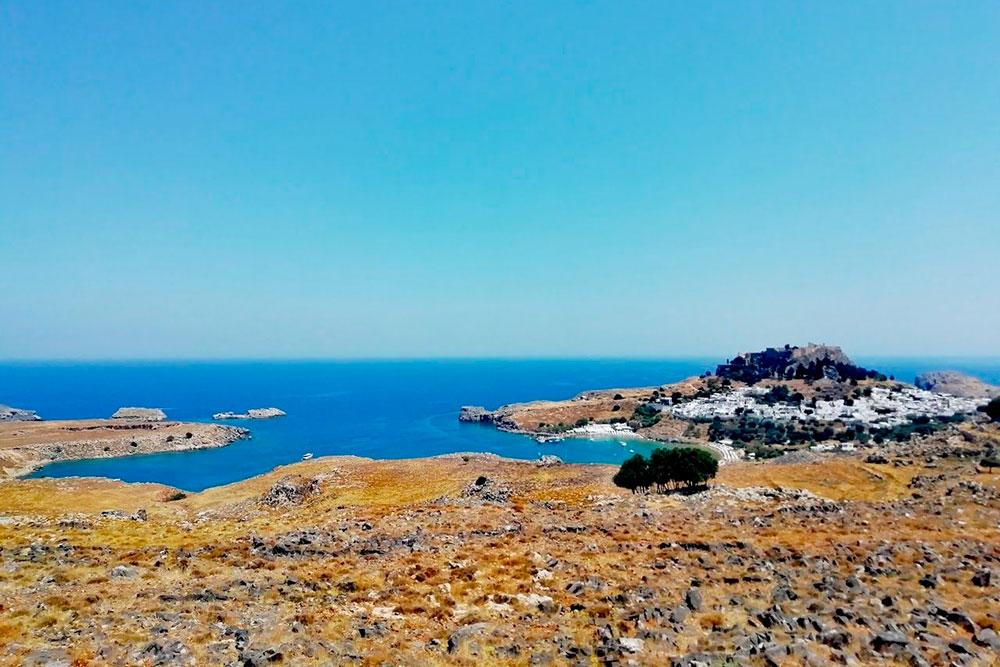 Город Линдос расположен на юго-востоке острова. Издалека кажется, что он высечен из основания скалы