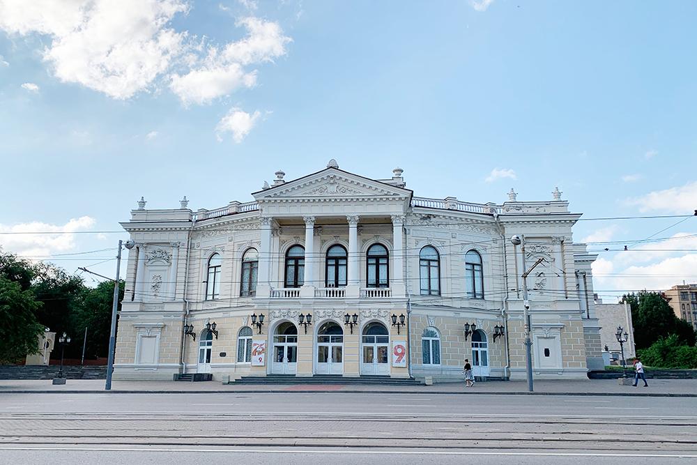 В архитектуре театра сочетаются барокко, ренессанс и классицизм. Такая эклектика характерна дляисторических зданий Ростова-на-Дону