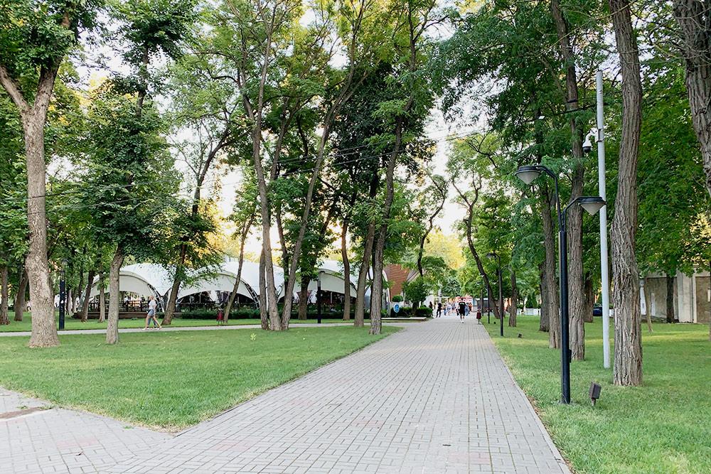 В парке есть роскошный ресторан «Ялла»: закуски и салаты стоят 250—650<span class=ruble>Р</span>, основные блюда — 380—950<span class=ruble>Р</span>