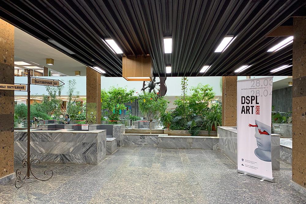 Вбиблиотеке часто проходят выставки местных художников ифотографов, носейчас все мероприятия организуют только онлайн