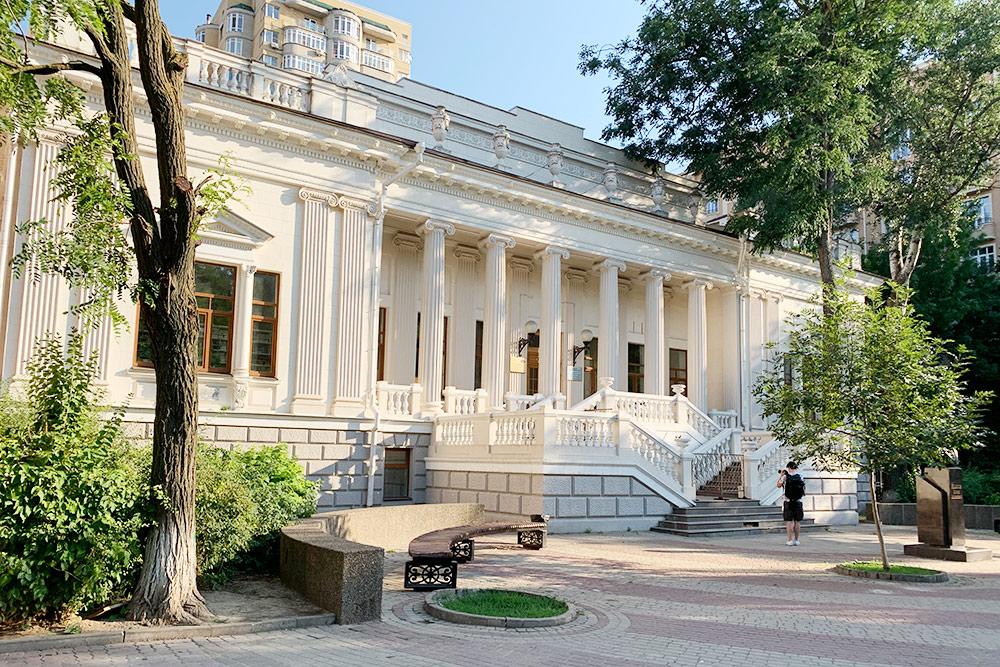 Неподалеку вособняке книгоиздателя Николая Парамонова находится университетская библиотека