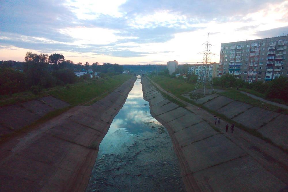 Обводный канал в Сарапуле. В жизни это выглядит примерно так же мрачно, как и на фото