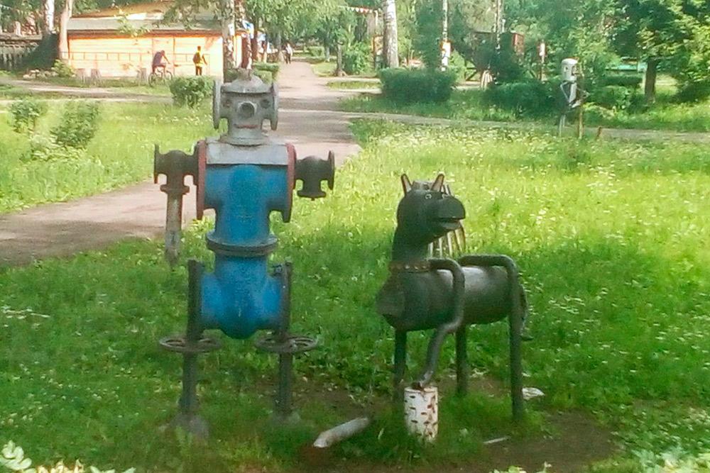 В Янауле городские скульптуры сделаны из деталей нефтегазового оборудования — видимо, потому что это город нефтяников