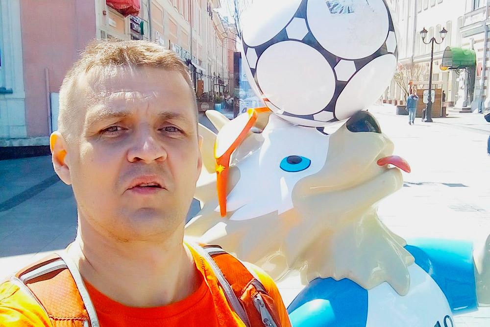 Центральная улица Нижнего Новгорода. В Екатеринбурге всё, что связано с ЧМ-2018, уже давно убрали, а тут Забивака на месте